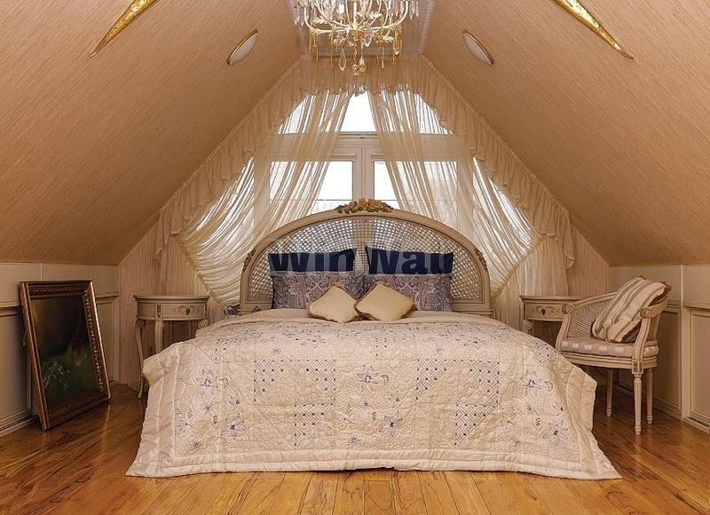 Спальня с треугольным окном